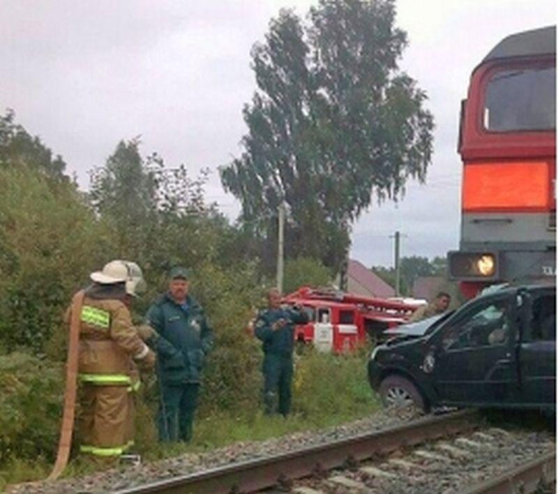 Под Воронежем утром легковой автомобиль столкнулся сгрузовым поездом