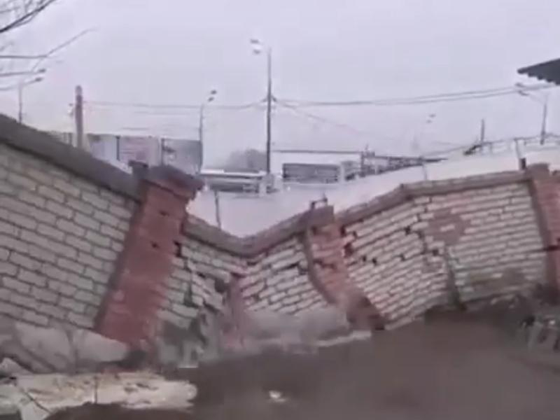 Эпичное обрушение стены потоком воды сняли в Воронеже