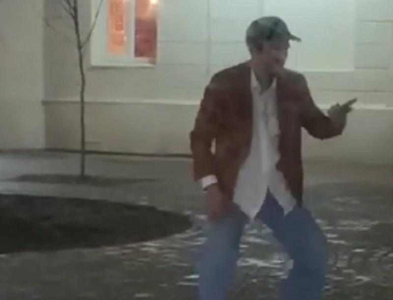 Авторский танец под снегом устроил мужчина в Воронеже