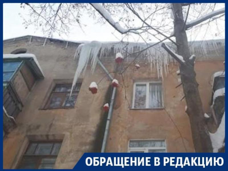 Пугающе огромные сосульки повисли на карнизе дома в Воронеже