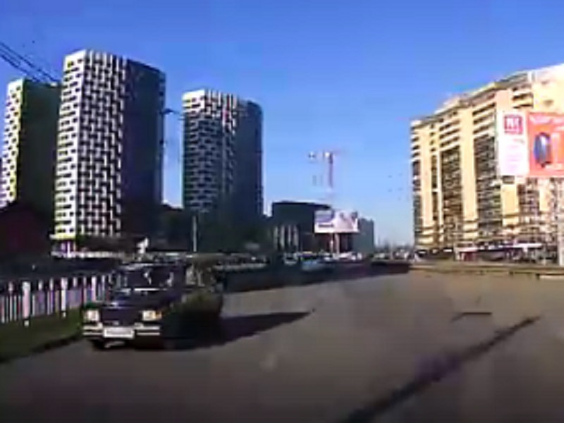 Адреналинового маньяка сняли на видео на дороге в Воронеже