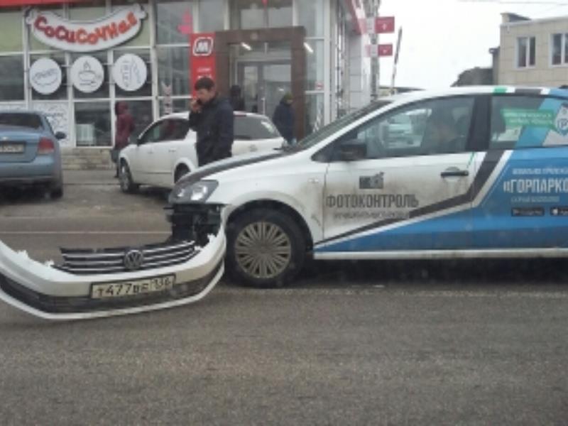 ДТП с машиной «Горпарковок» сняли в Воронеже