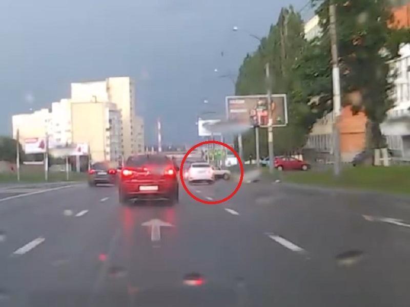 Загадочный прыжок «Нивы» на мокрой дороге сняли в Воронеже