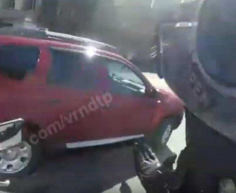 Блестящее спасение от безумной автомобилистки сняли глазами байкера в Воронеже