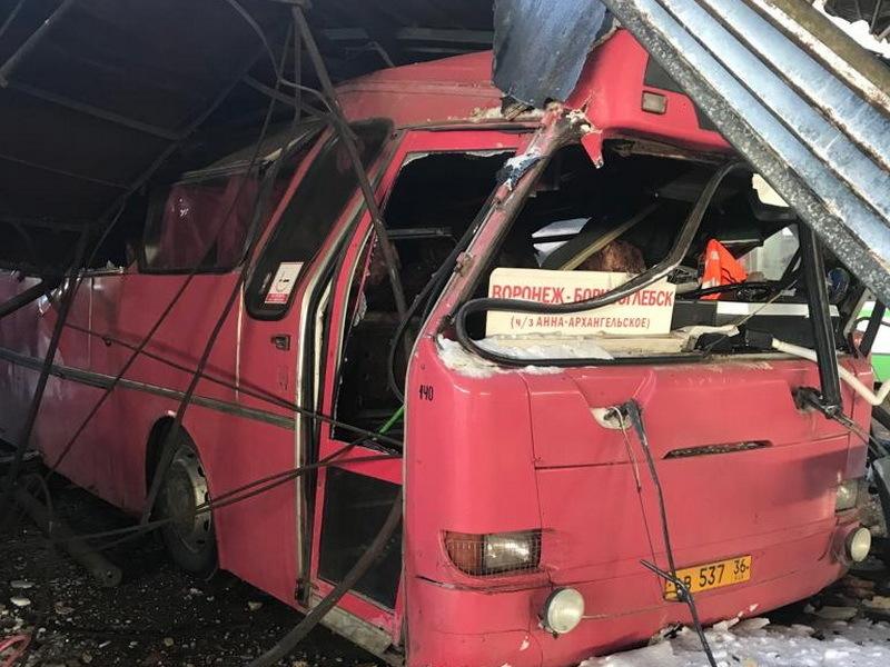 Рухнувшая крыша автопарка в Воронежской области разбила несколько автобусов
