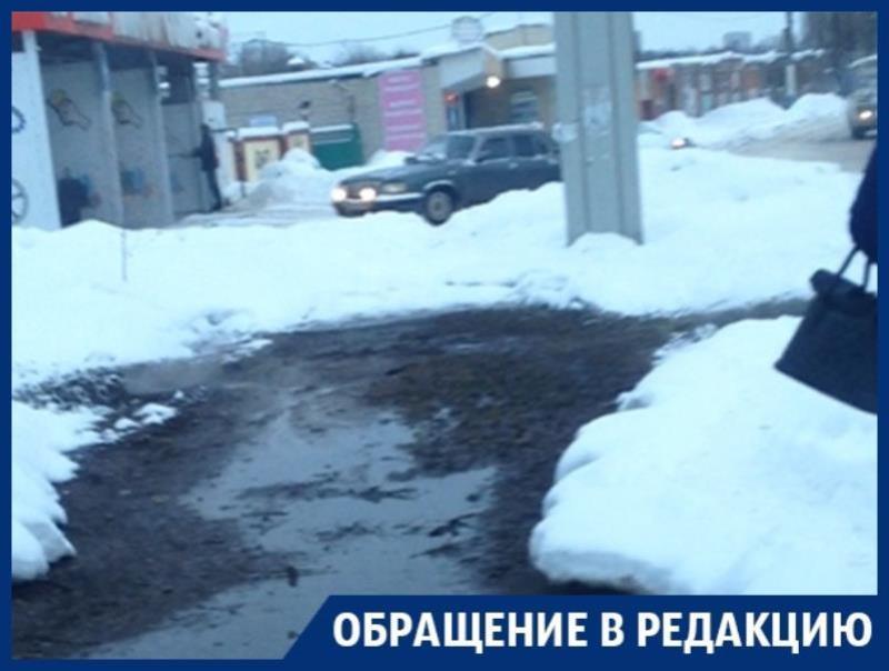 Труднопроходимый тротуар толкает воронежцев под машины