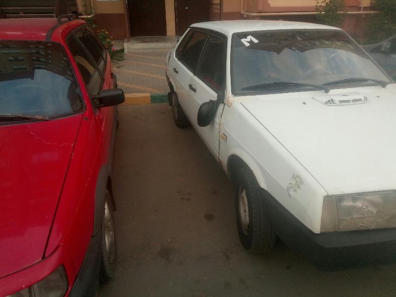 В Воронеже припаркованным машинам массово разбили зеркала