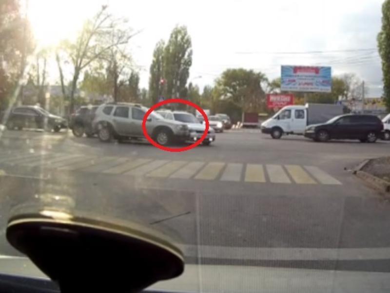 Карма жестко наказала водителя за красный свет в Воронеже