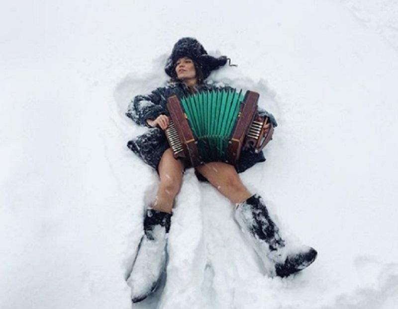 Девушку с голыми ногами и баяном застали в сугробе в Воронеже