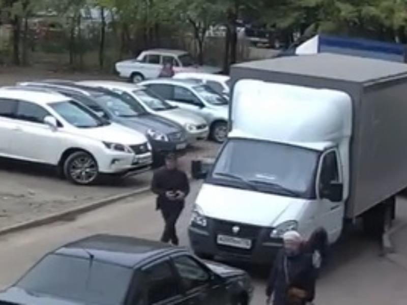 Мужчина беспечно умыкнул барсетку из грузовика и попал на видео в Воронеже