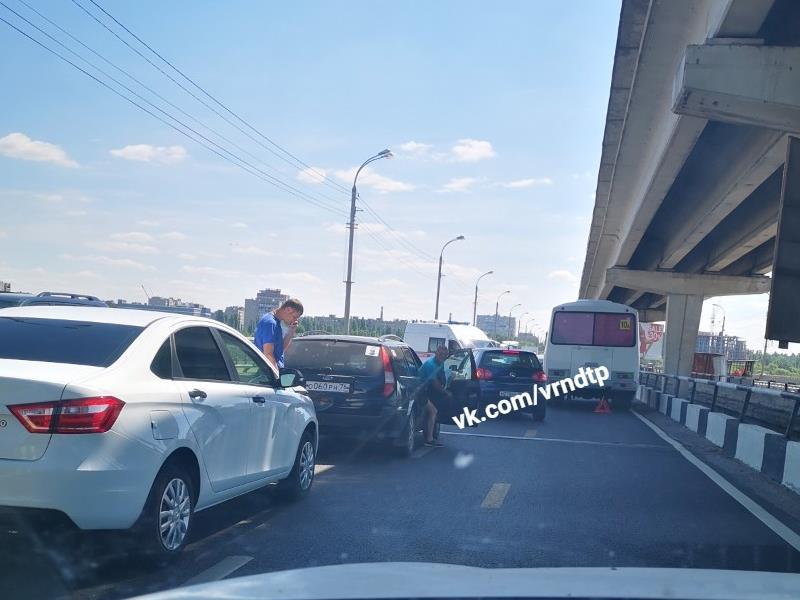 Воронежцы встали в гигантскую пробку на Северном мосту из-за «пазиков»