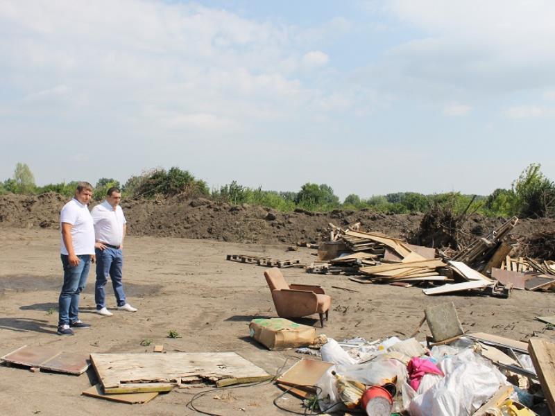 Городской пляж под Воронежем соседствует с отвратительным полигоном