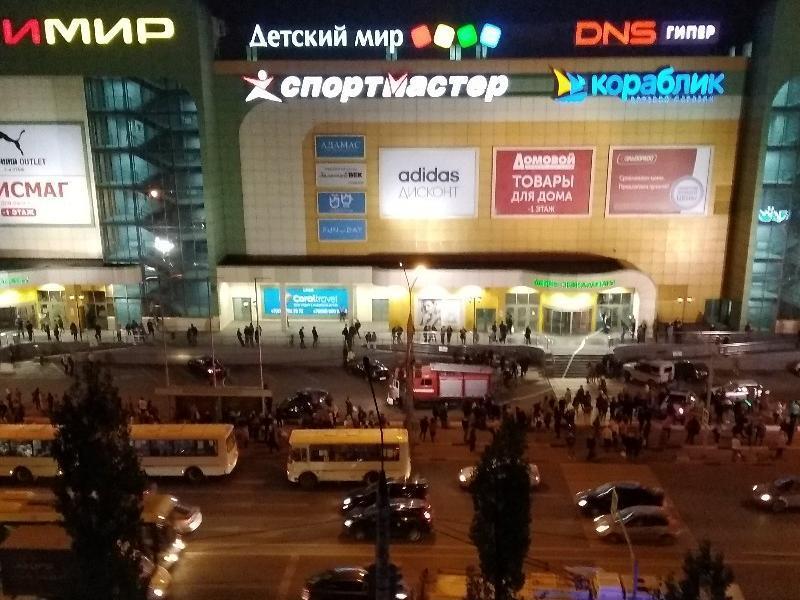 Эвакуация ТРЦ в Воронеже попала на видео