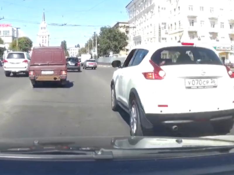 Наказание принципиального автомобилиста попало на видео в Воронеже