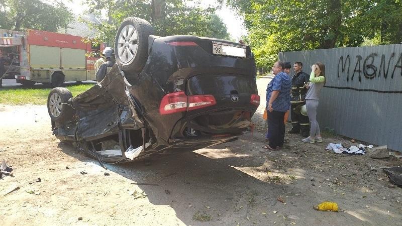 Опубликованы снимки жуткого ДТП с перевернувшейся Kia Rio в Воронеже