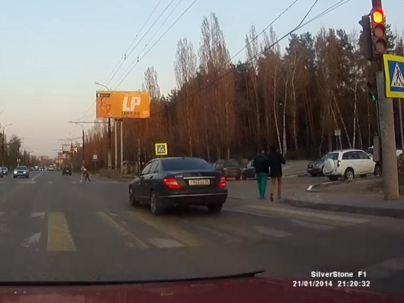 Черный Mercedes заставил женщину с ребенком бежать по зебре в Воронеже