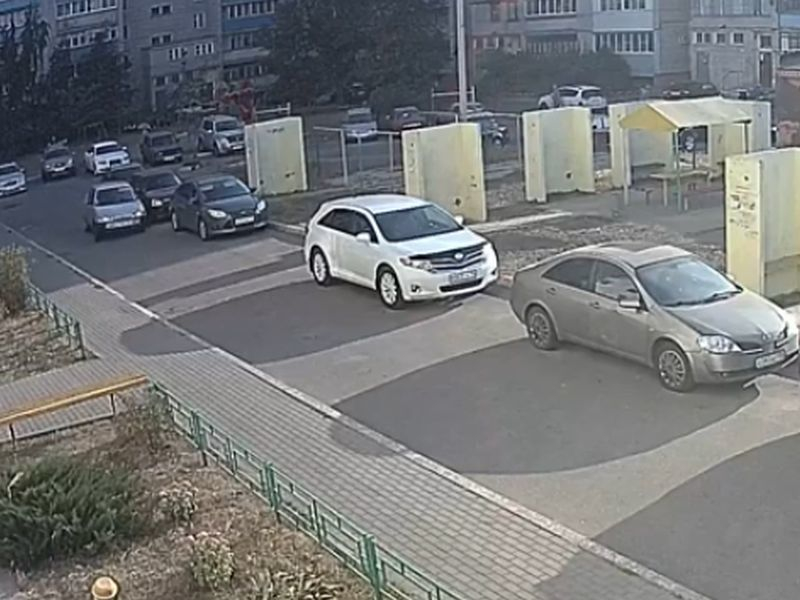 Сумасшедшая езда ВАЗа по воронежскому двору попала на видео
