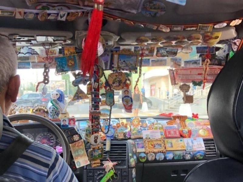 Такси с вычурным декором приезжает на вызов в Воронеже