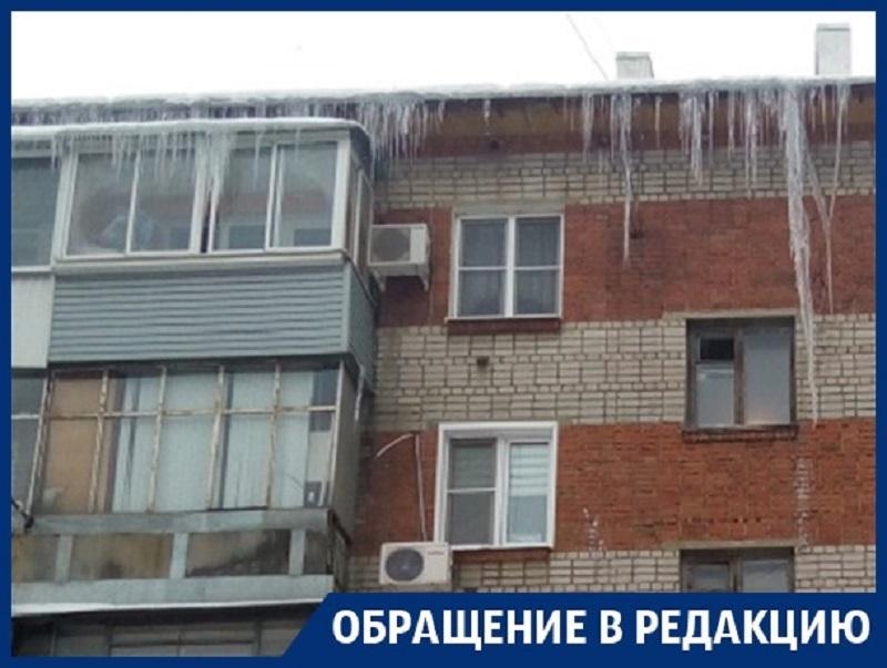 Гигантская сосулька держит в страхе жителей Воронежа