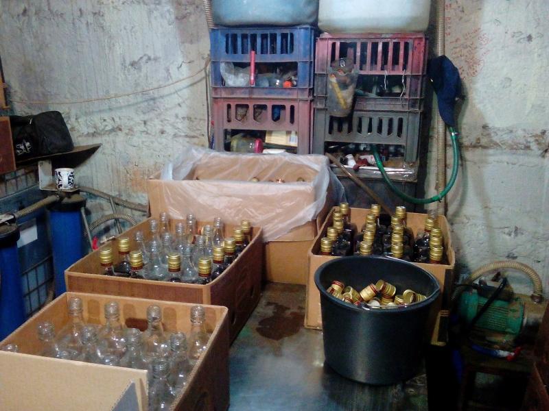 ВВоронеже наподпольном складе изготовляли поддельный ром, водку иконьяк