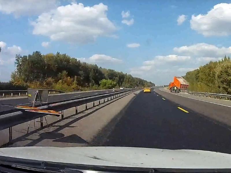 Подстава от дорожников заставила автомобилиста импровизировать на трассе М-4