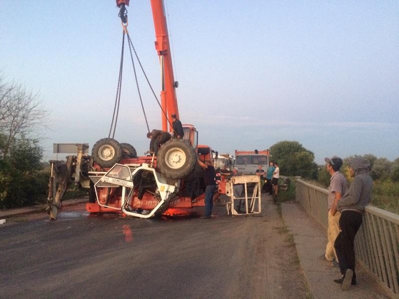Опубликованы снимки ДТП, где трактор упал в кювет