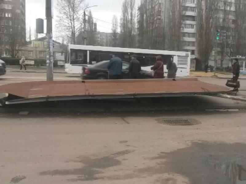 Пострадавшую в ДТП опасную остановку снесли в Воронеже