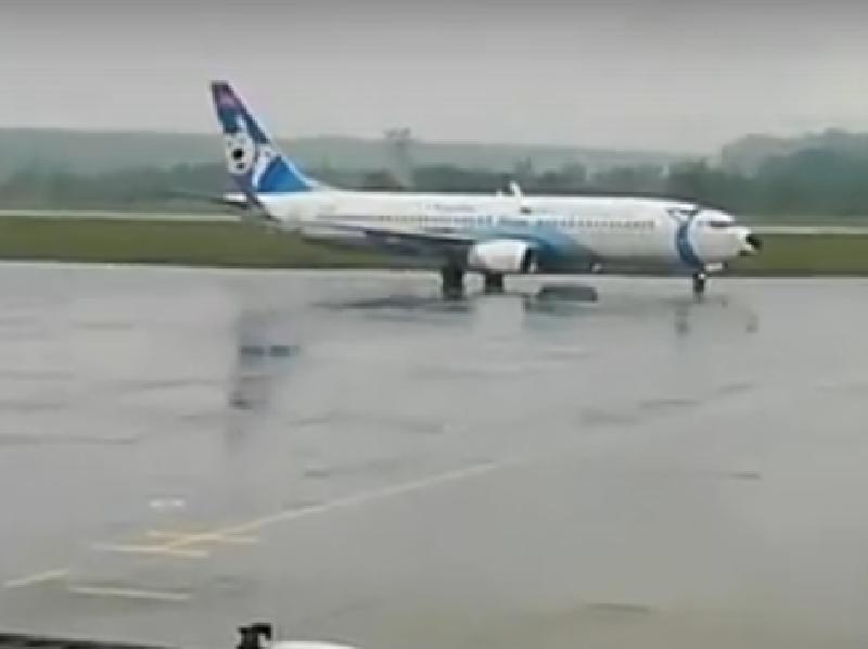 В Воронеже Boeing 737 впечатляюще проехался по посадочной полосе
