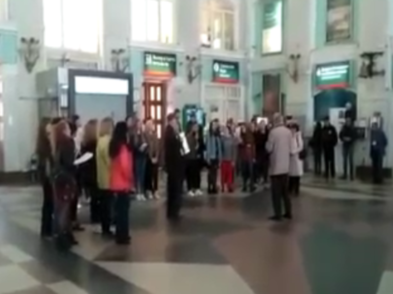 Будущие учителя превратили воронежский ж/д вокзал в концертную площадку