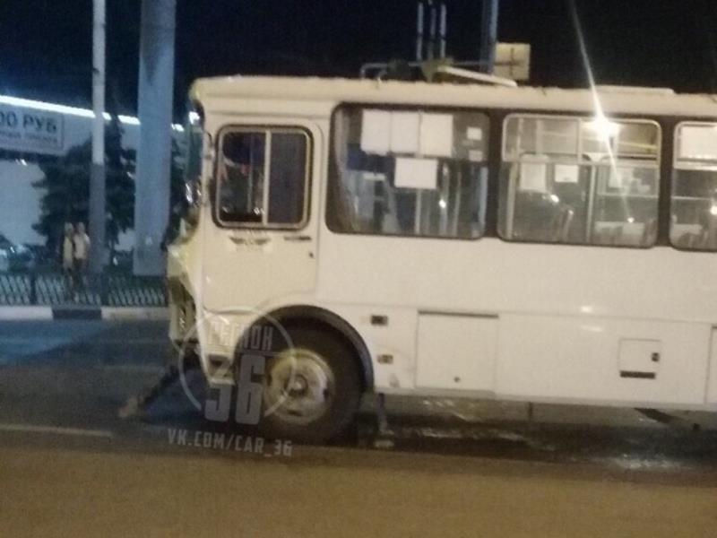 Последствия столкновения иномарки и маршрутки показали на фото в Воронеже