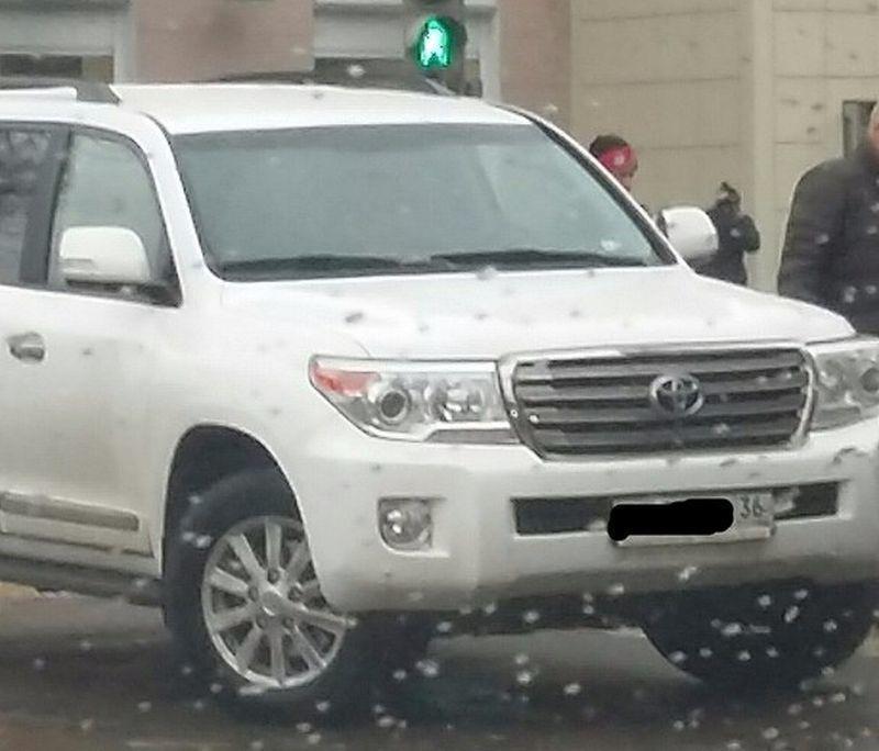 Воронежские автомобили не могли проехать по Фридриха Энгельса из-за припаркованного на перекрестке «Крузака»