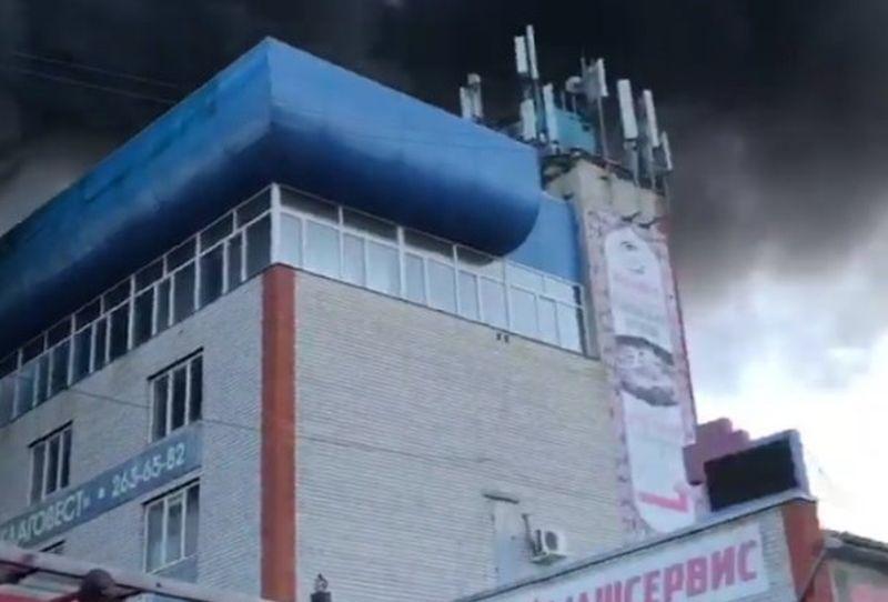 На крупном пожаре в здании автосалона в Воронеже сгорели два автомобиля
