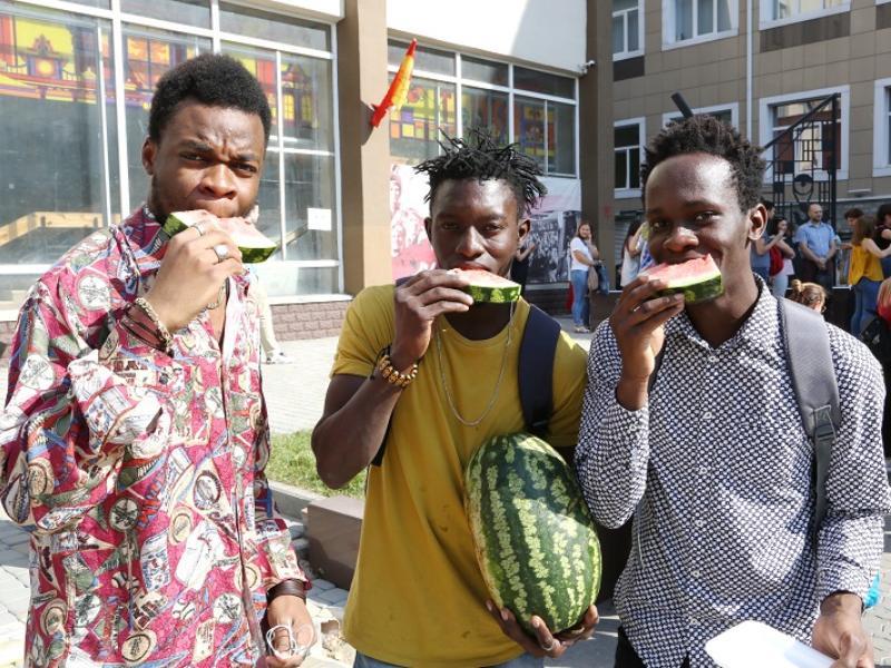 13 тонн арбузов за пару часов съели студенты в Воронеже