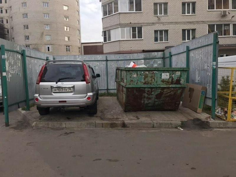 Nissan выкинули на мусорку в воронежском дворе