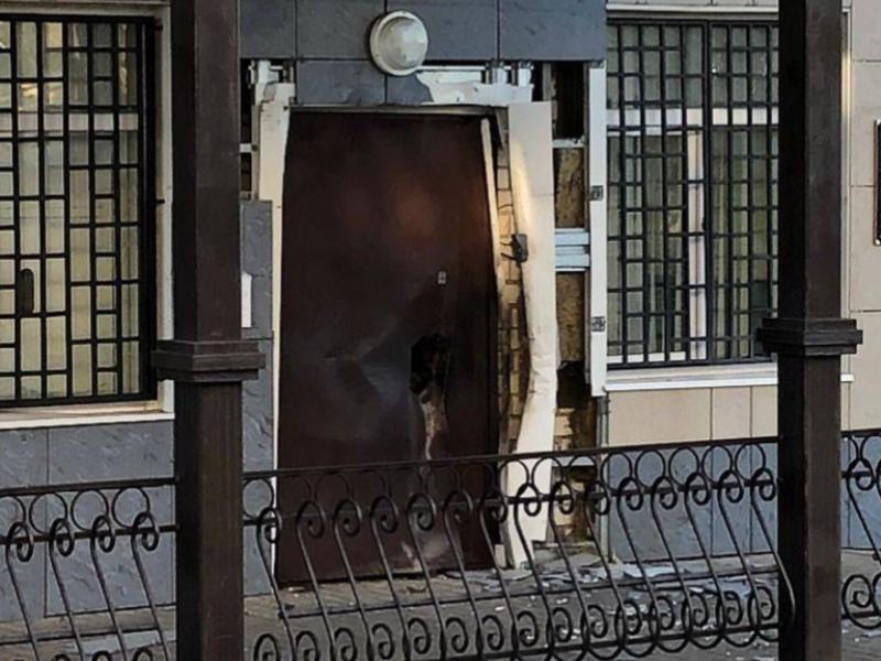 Появилась фотография взорванной двери Лискинского отделения полиции