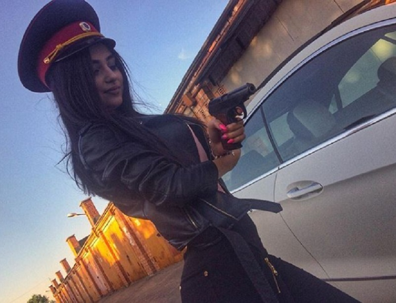 Девушку-мечту в полицейской фуражке и с пистолетом сняли в Воронеже