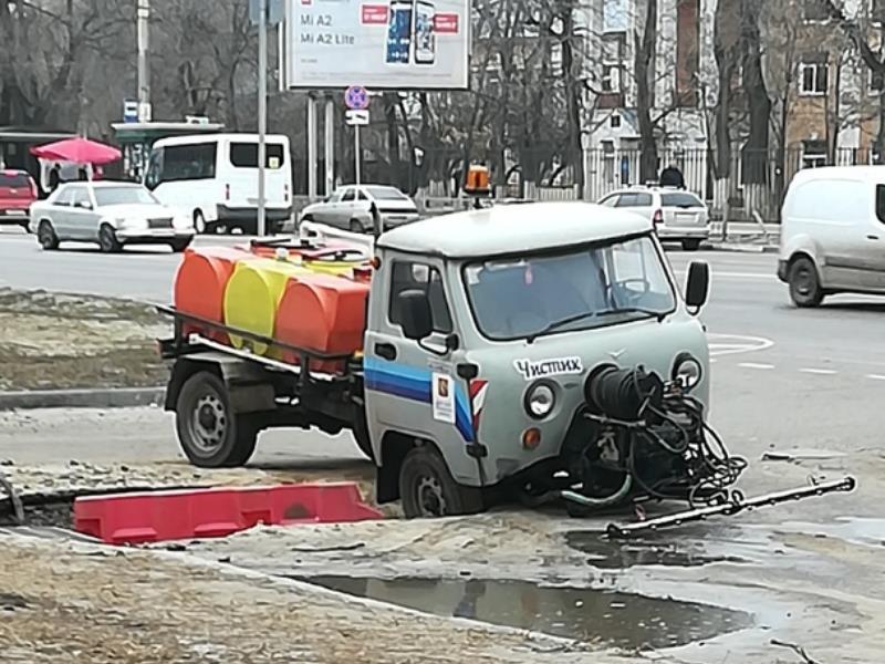 Коммунальщики иронично ушли под землю в Воронеже