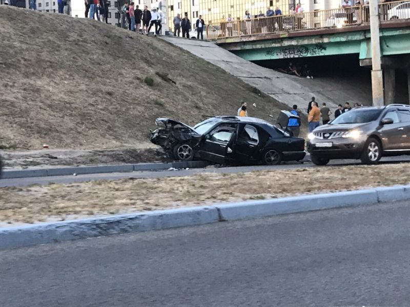 В Воронеже после наезда на пешехода иномарка вылетела с моста и загорелась