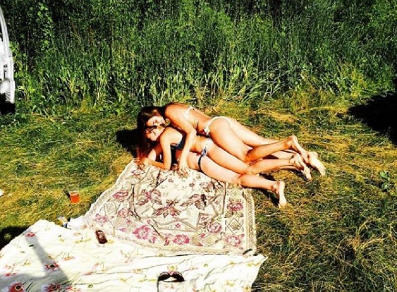 Аппетитный бутерброд из трех девушек в купальниках сняли в Воронеже