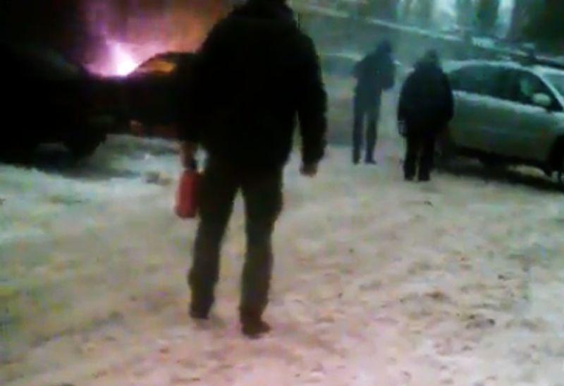 Утром вВоронеже напротив кадетского корпуса сгорели сразу две машины