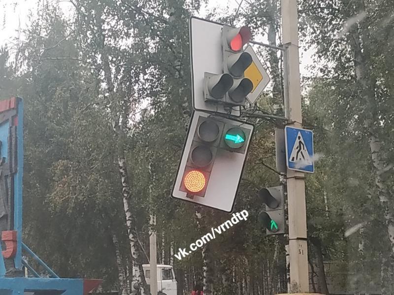 Раздвоенный светофор привел в недоумение жителей Воронежа