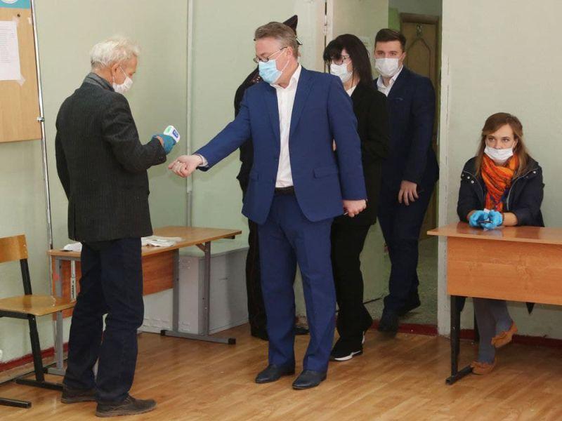 Мэр Кстенин пошел на выборы вместе с женой и сыном в Воронеже