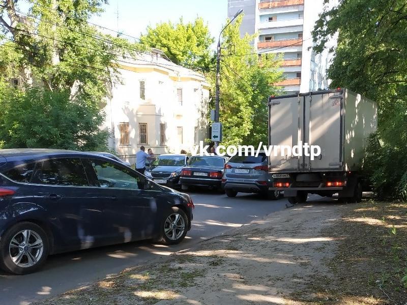 Тройное ДТП в час пик перекрыло улицу в Воронеже