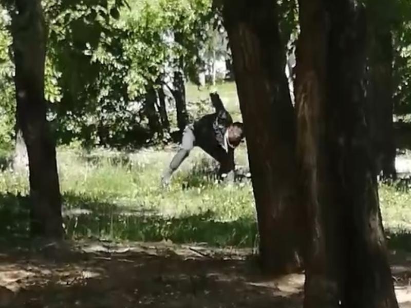 Комичный конфликт воронежца с травой сняли на видео