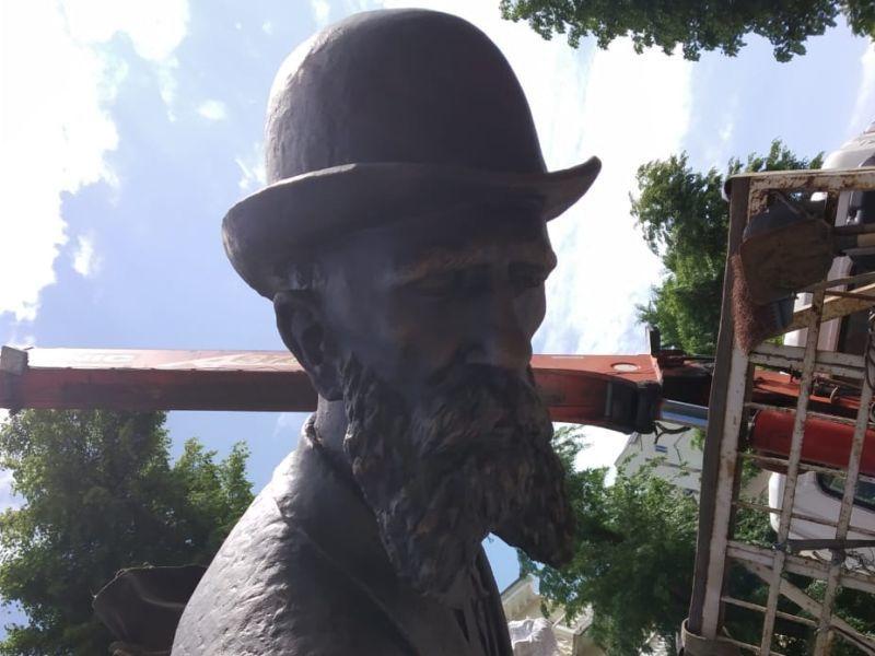 В Воронеже начали устанавливать памятник Вильгельму Столлю