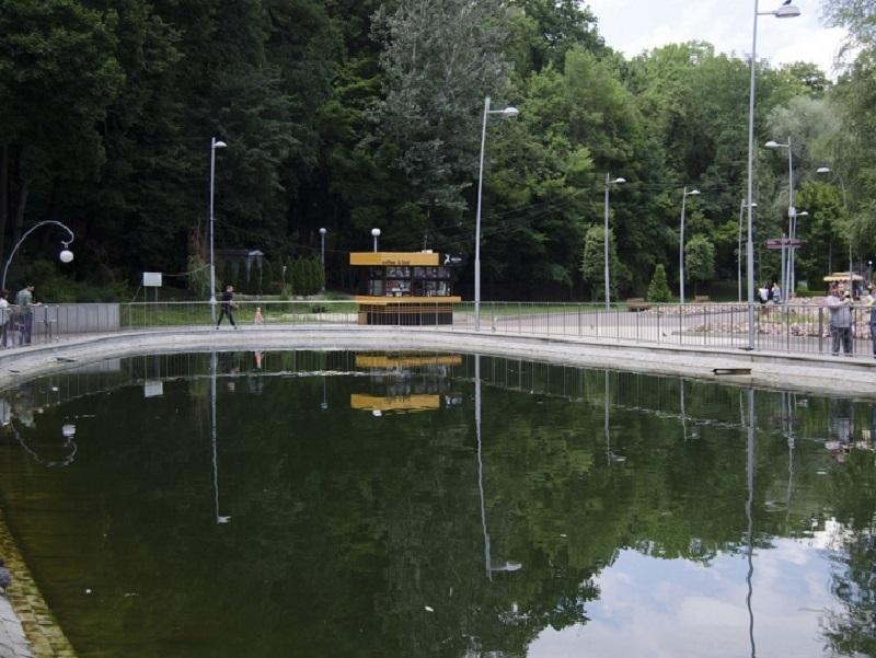 О дальнейшей судьбе отвратительного пруда в центральном парке рассказали в мэрии