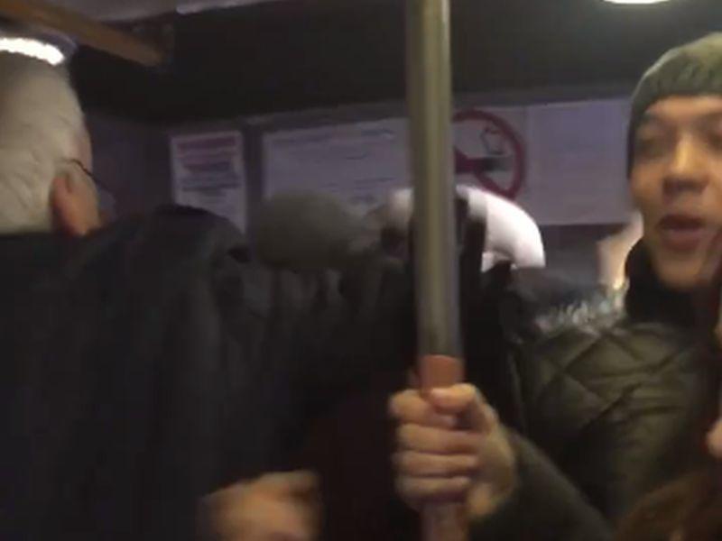 Драка пенсионеров в воронежской маршрутке попала на видео
