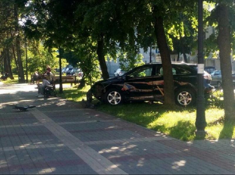 В Воронеже элитный Lexus столкнулся с Toyota и снес забор