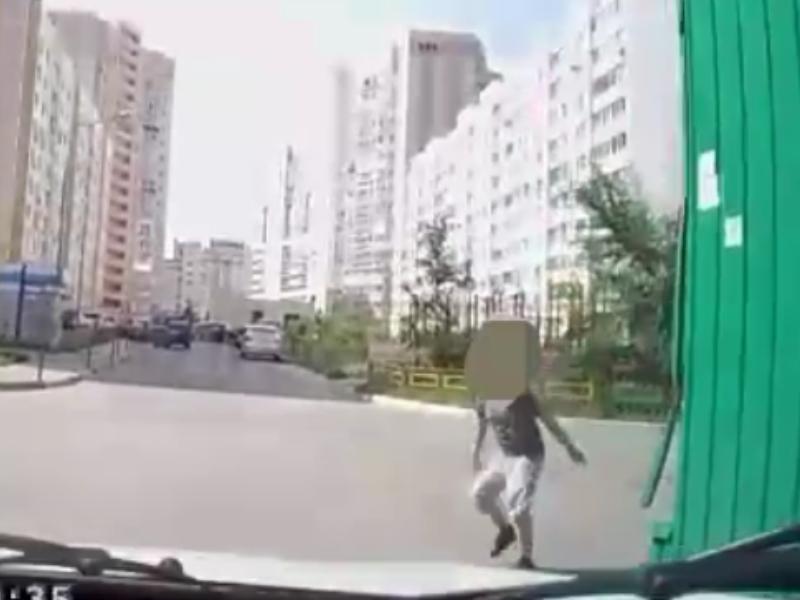 Опасный момент с резвым ребенком продемонстрировал воронежский автомобилист