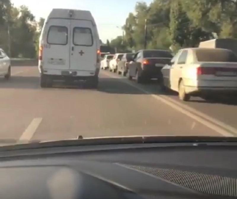 Нарушитель снял, как объезжает километровую пробку по встречке за скорой в Воронеже